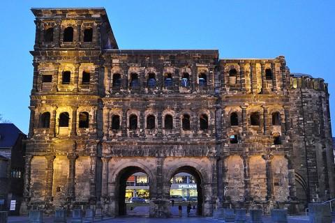 Die Porta Nigra, das schwarze Stadttor, in Trier zur blauen Stunde.