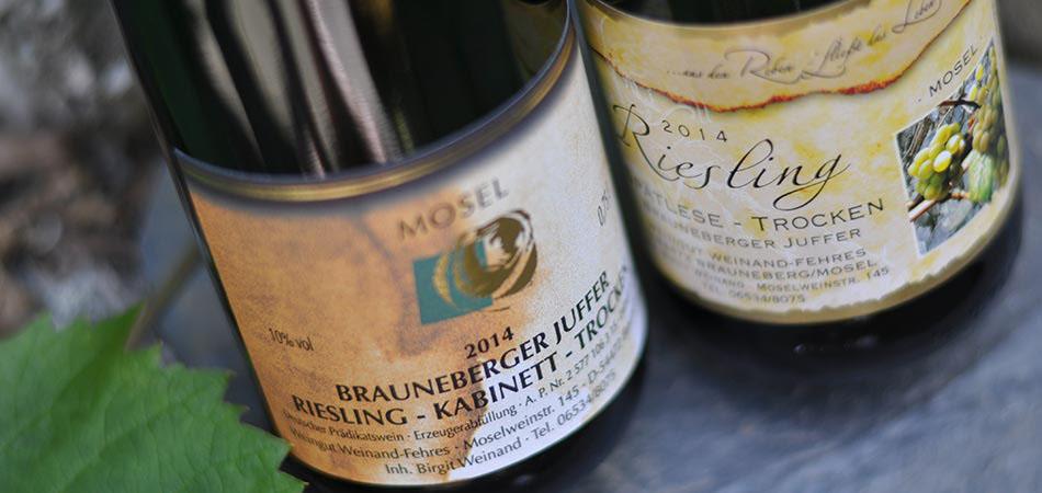 Zwei Rieslinge des 2014er Jahrgangs des Weingut Weinand aus Brauneberg.