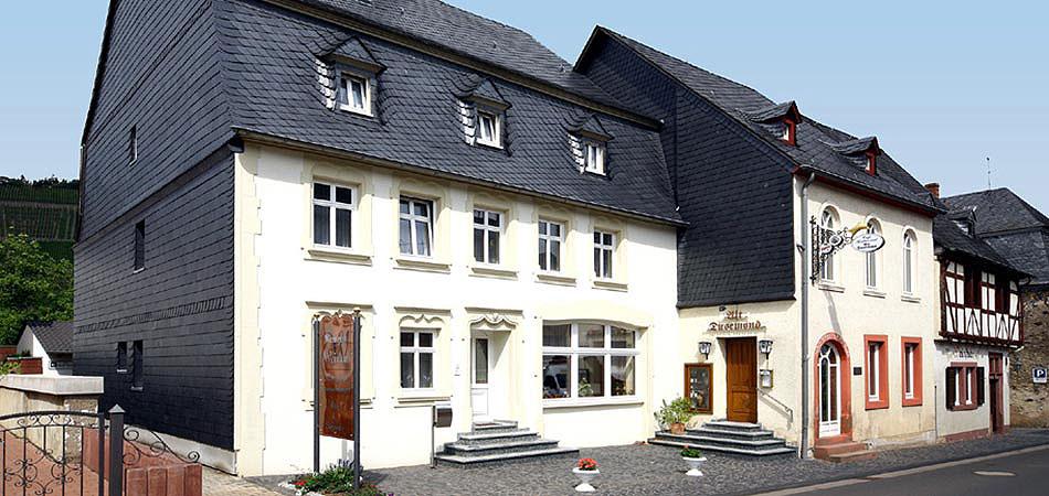 """Blick auf das Weingut Weinand mit der Gaststätte """"Alt Dusemond"""" in Brauneberg an der Mosel."""